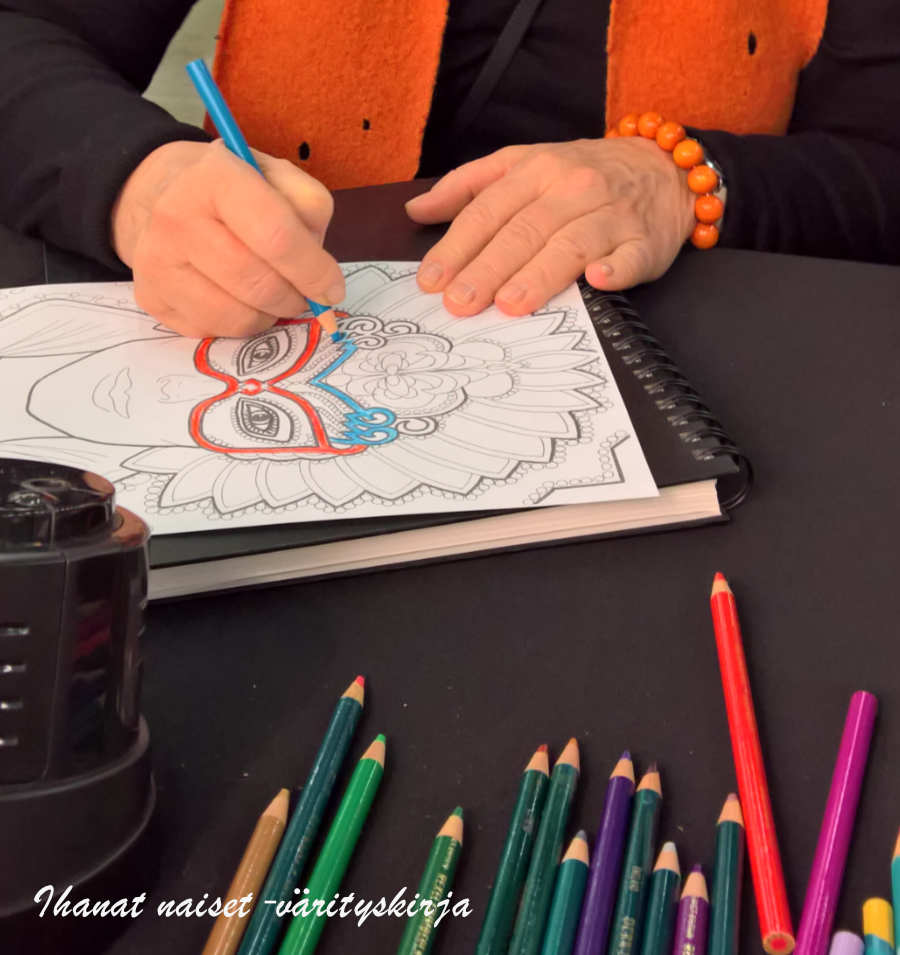 Värittämässä ja värejä valitsemassa
